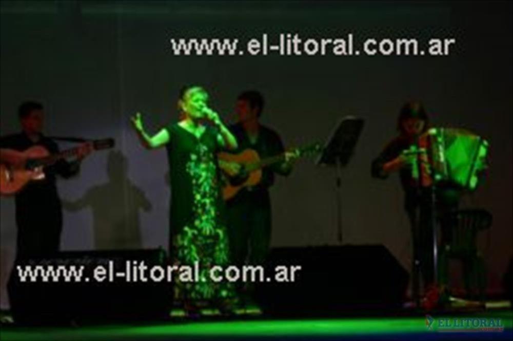 En la Fiesta Nacional del Chamamé, la novia del Paraná, cantando para su gente.