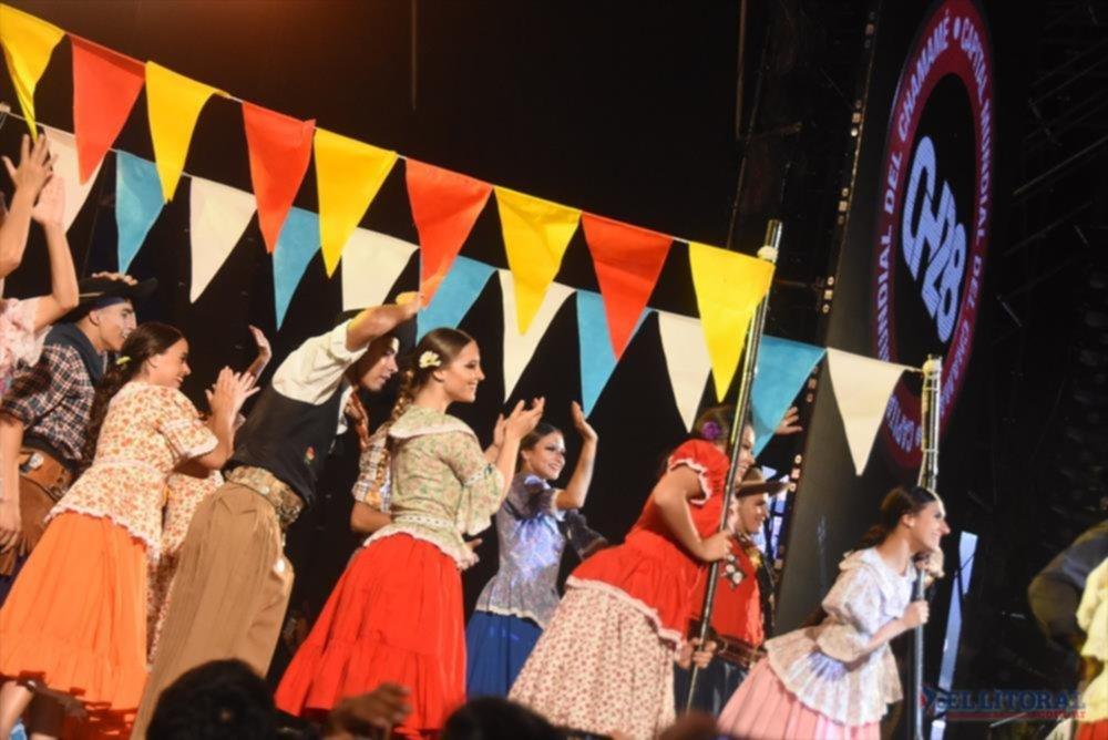 El baile y la música del Litoral se apoderaron el viernes del Cocomarola. La Fiesta continuará hasta el 21 de enero.