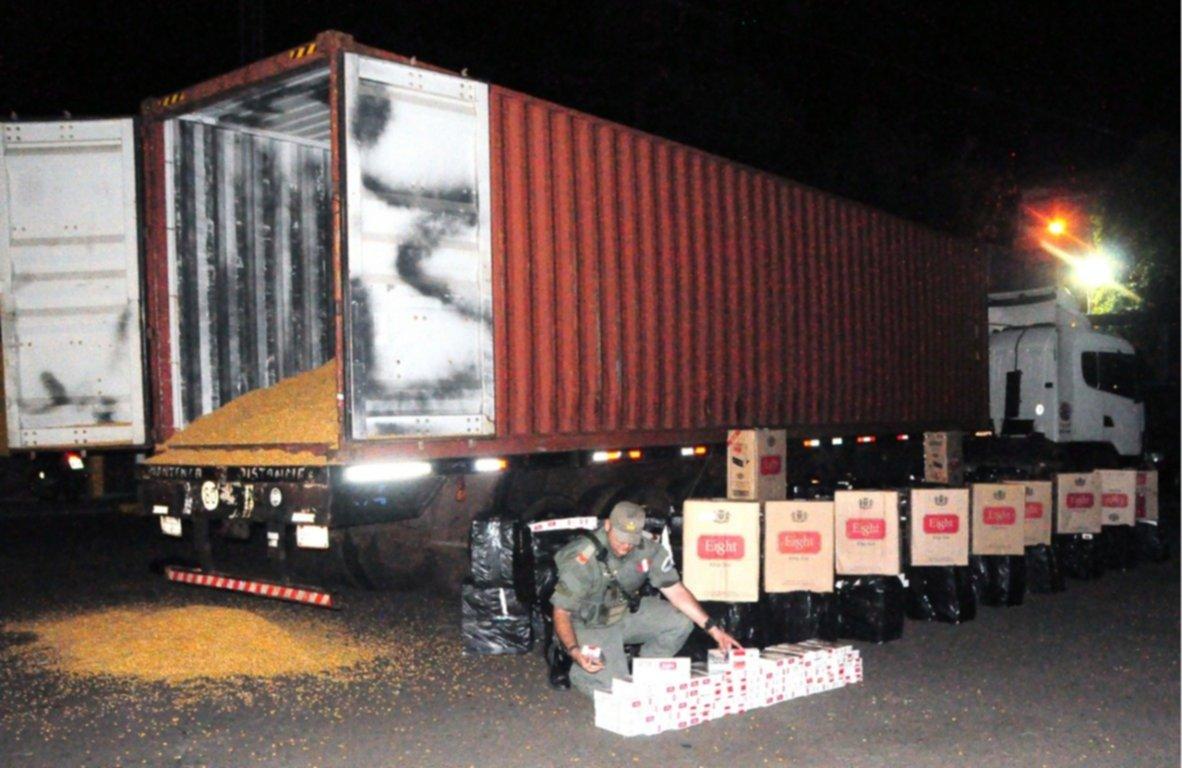<p>Carga. Las cajas con cigarrillos de contrabando, escondidas dentro de los granos.</p>