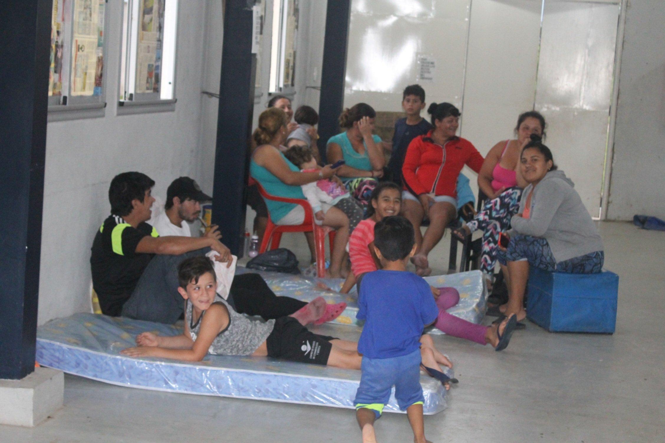 <p>Evacuados. En el barrio Independencia hay unas 20 familias que son asistidas por la Municipalidad.</p>