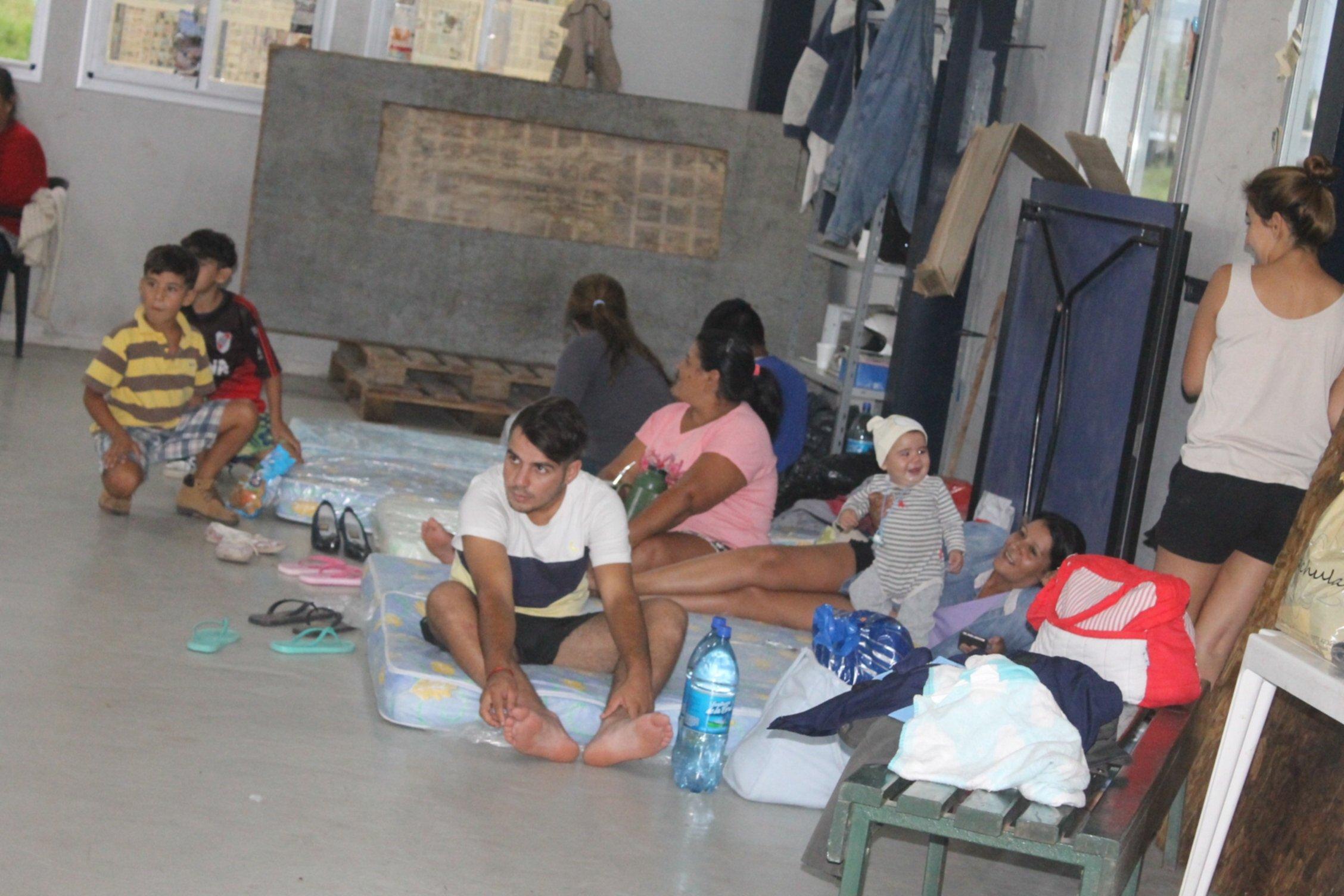<p>Asistencia. Familias del San Marcos recibieron ayuda tras las lluvias.</p>