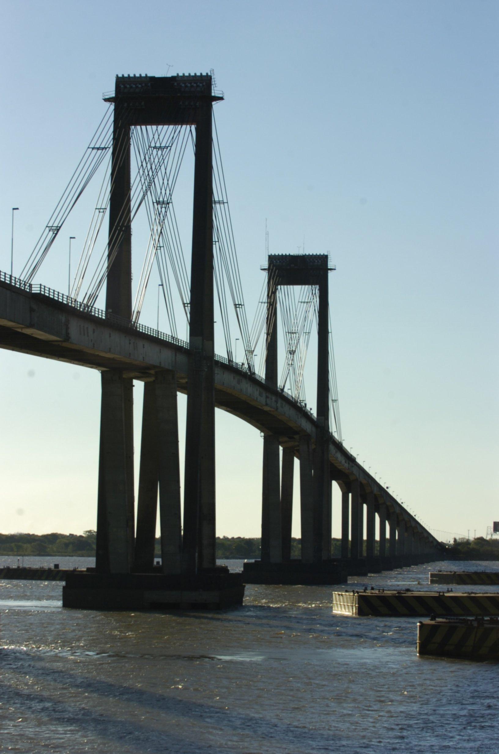 <p>Obras. Recambiarán la iluminación sobre el puente Belgrano.</p>