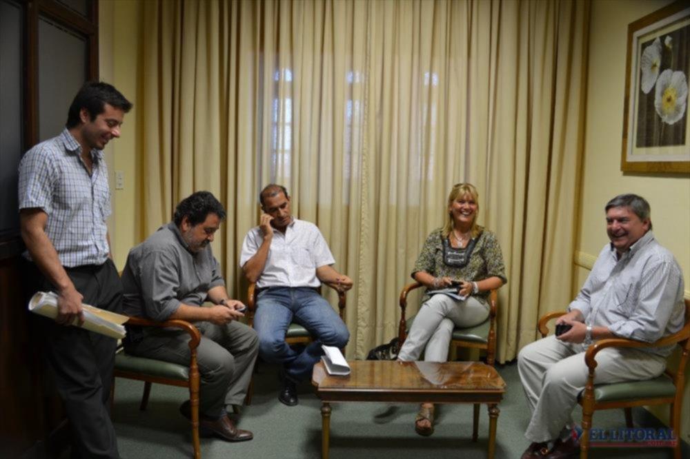 a la espera. Los representantes de la Comuna Nancy Sand (Desarrollo Comunitario), Martín Morilla (Economía), Gustavo Larrea (Transporte) y Justo Pío Sierra (Servicio Jurídico) llegaron hasta Hacienda.