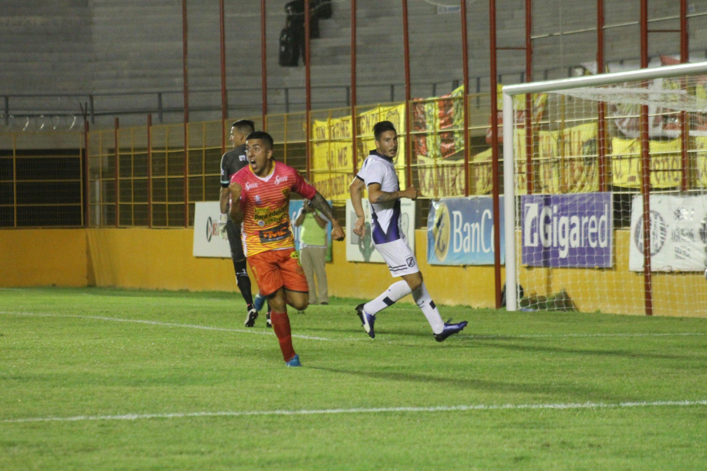 <p>Festejo. Diego Sosa respondi&oacute; la confianza depositada por Carlos Mayor con una buena producci&oacute;n y el primer gol boquense.</p>