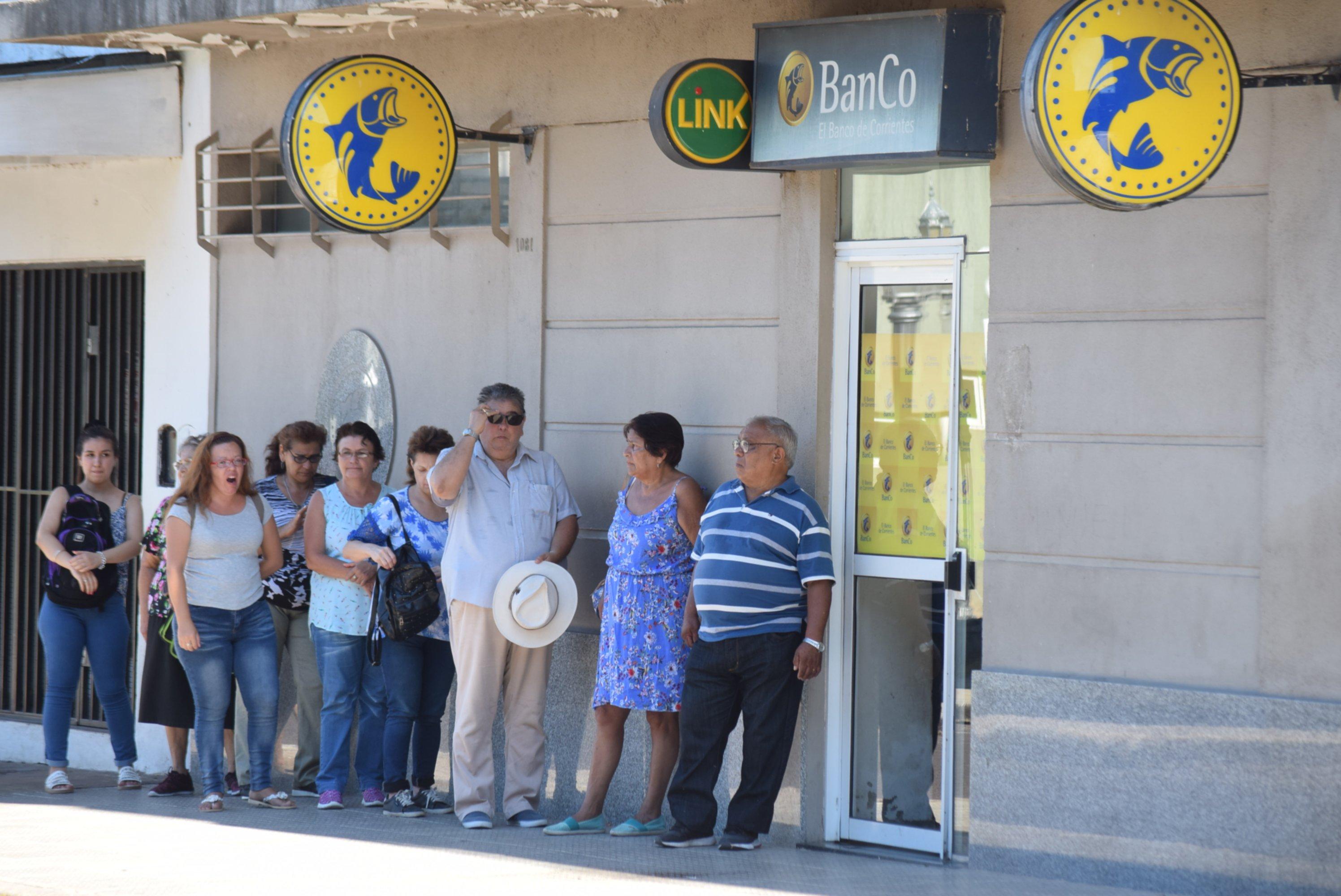 Abonan sueldos a los empleados municipales