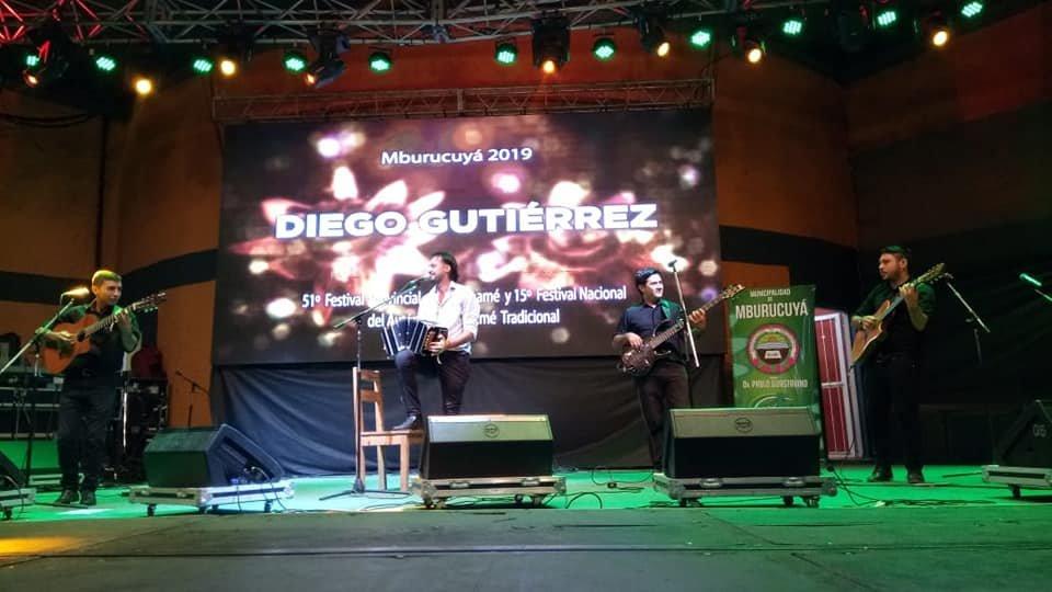 <p>Sangre nueva. El itaibate&ntilde;o Diego Guti&eacute;rrez puso su impronta sobre el escenario el viernes a la noche, recibiendo el aplauso del p&uacute;blico.</p>