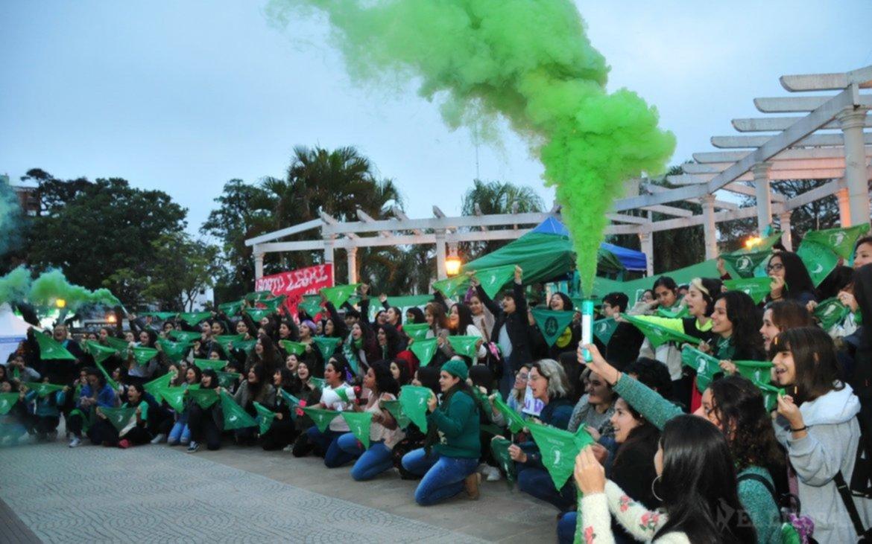 <p>Pañuelazo. Convocan en Corrientes a las 18 en el monumento a la Madre.</p>