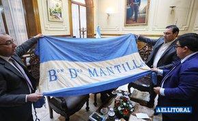 La Facultad de Derecho entregará al Gobierno banderas de batallas históricas