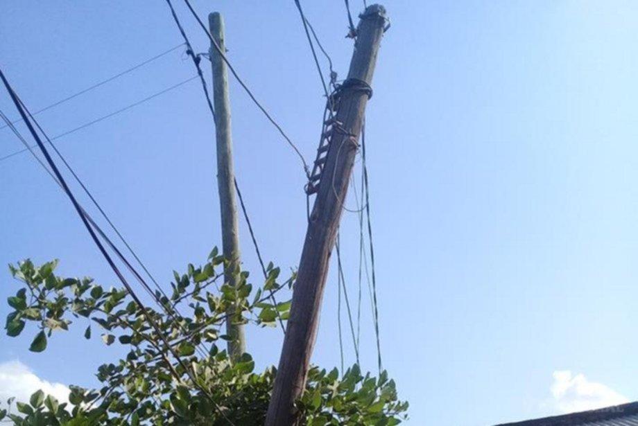 <p>Reclamos. Vecinos de varios barrios de Esquina aún manifiestan que permanecen sin energía y con problemas en cloacas.</p>