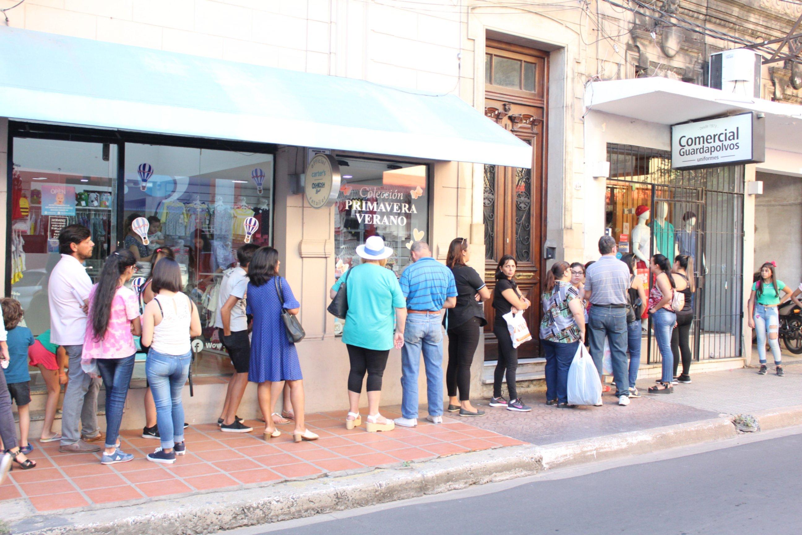 <p>Clases. Las filas en el ingreso de los negocios escolares es una postal que se repite en varias tiendas.</p>