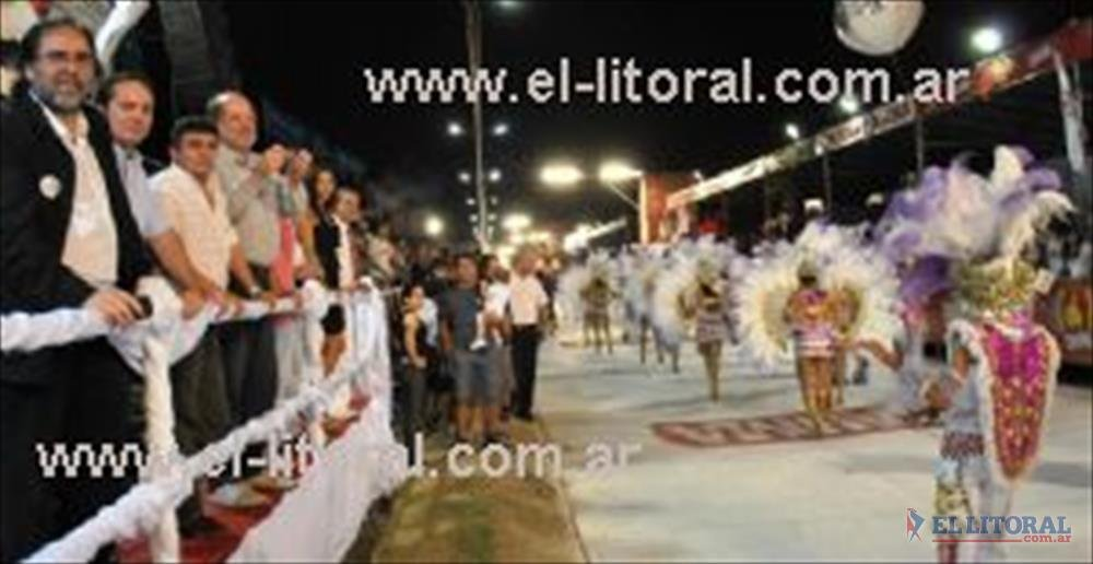Camau fue al corsódromo y saludó a la gente en varias tribunas.