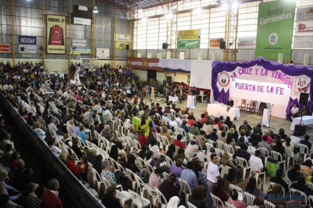 PREDICA. El padre sanador volvió a congregar a cientos de feligreses, esta vez, en el club San Martín.