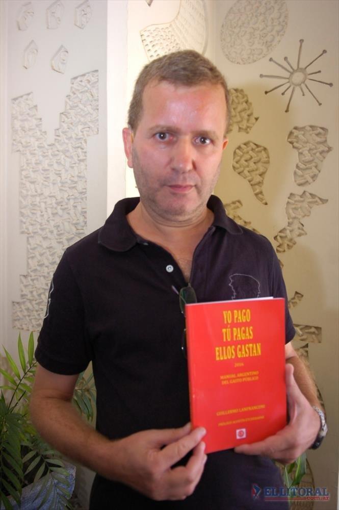 YO PAGO, TU PAGAS, ELLOS GASTAN. Lanfranconi visitó diario El Litoral antes de la presentación de su libro.
