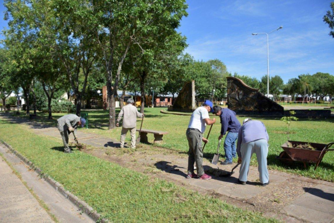 <p>Mantenimiento. Restauran las plazas en algunos barrios de la ciudad.</p>