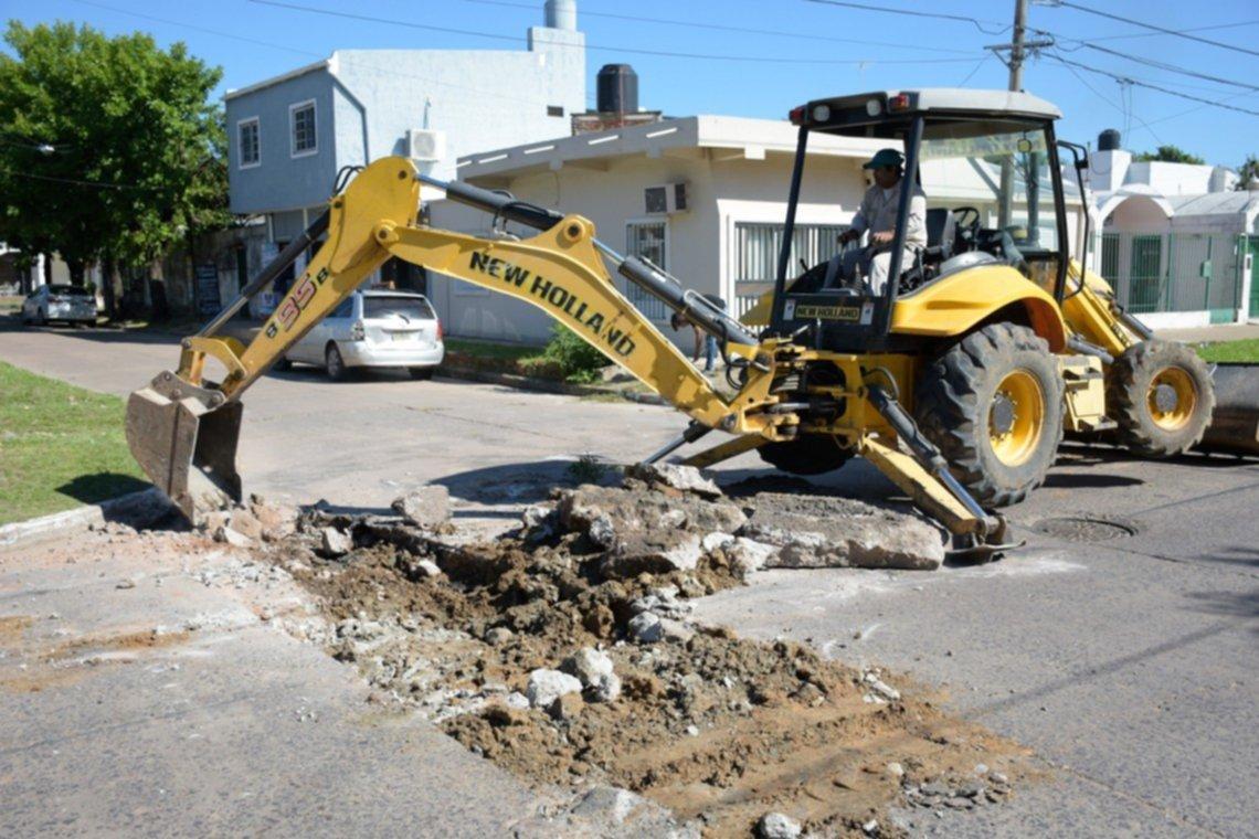 <p>Bacheos. Las m&aacute;quinas viales avanzan con los trabajos de saneamiento en distintas calles de la ciudad.</p>