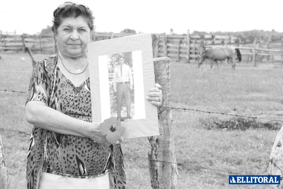 Elma Pelozo, en su casa de Colonia Pando, San Roque, posando para una producción nacional. (Foto: A. Carra – Gente)