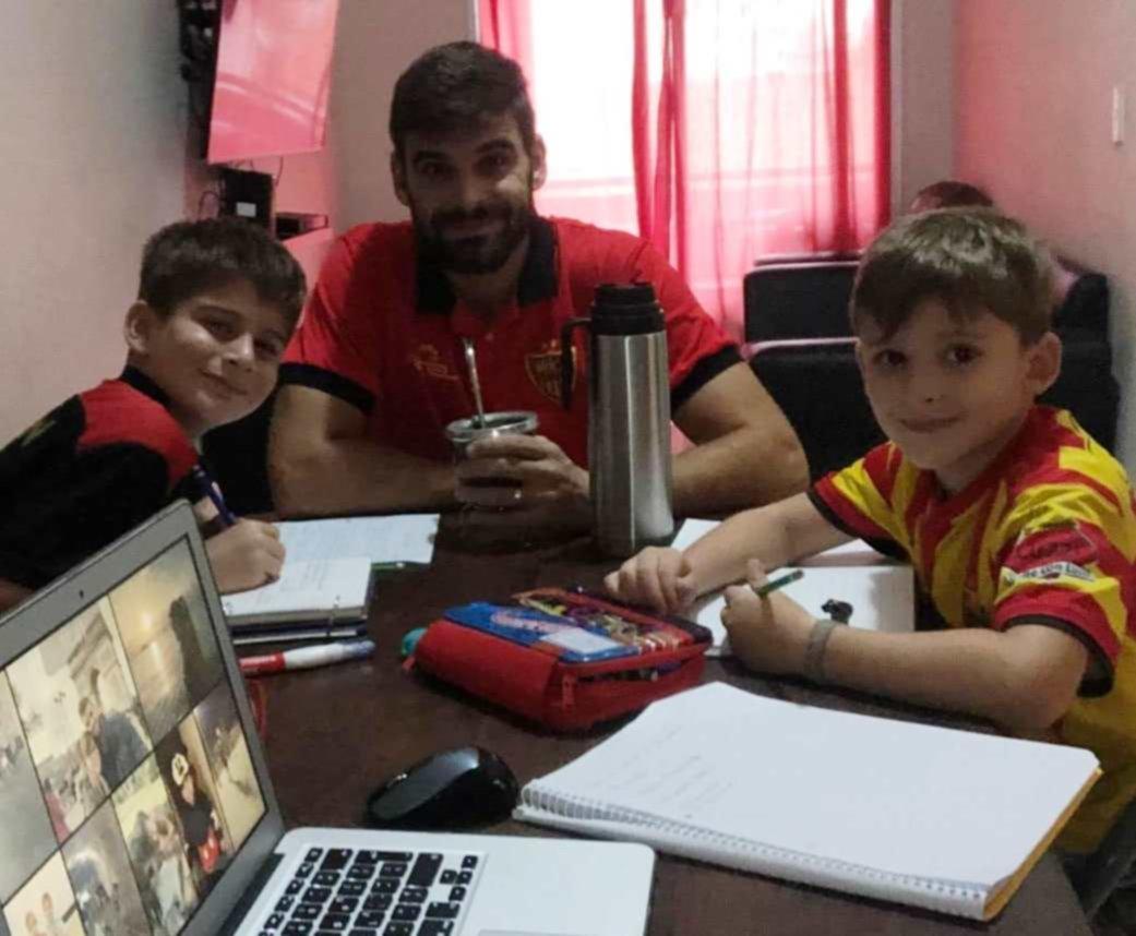 <p>Allocco. El defensor de Boca Unidos ayudando a sus hijos a realizar la tarea durante la cuarentena.</p>