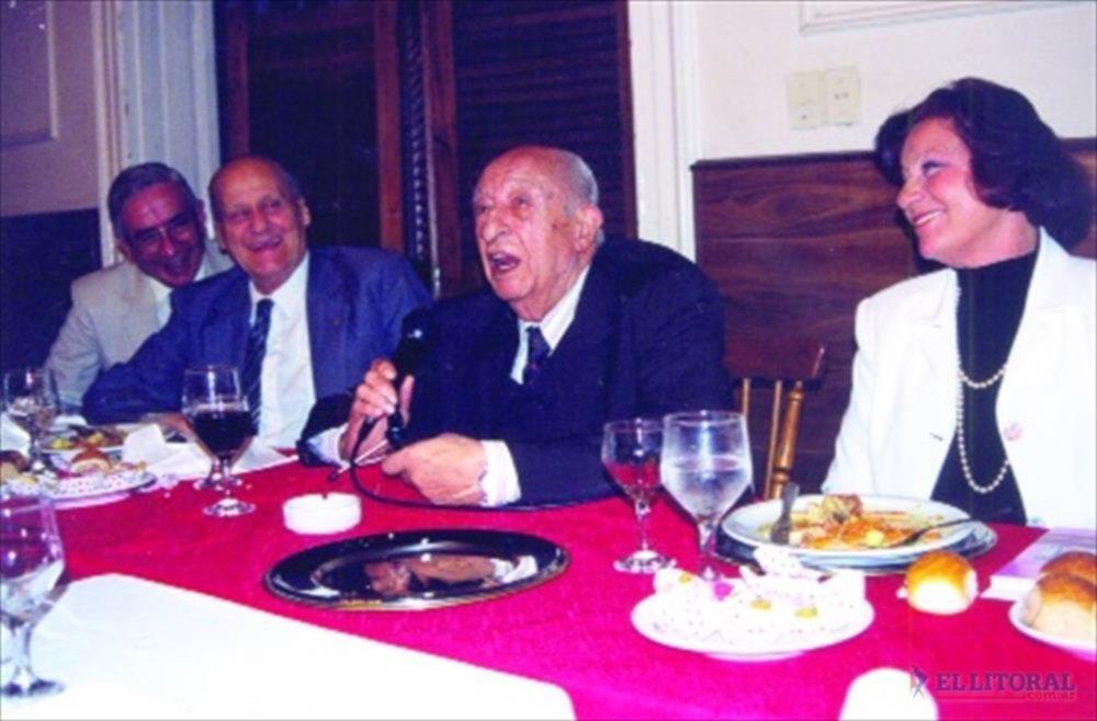 AGASAJO. Esta foto fue tomada el 21 de septiembre de 1998 en el marco de un agasajo de periodistas a quien fuera el primer director de El Litoral.