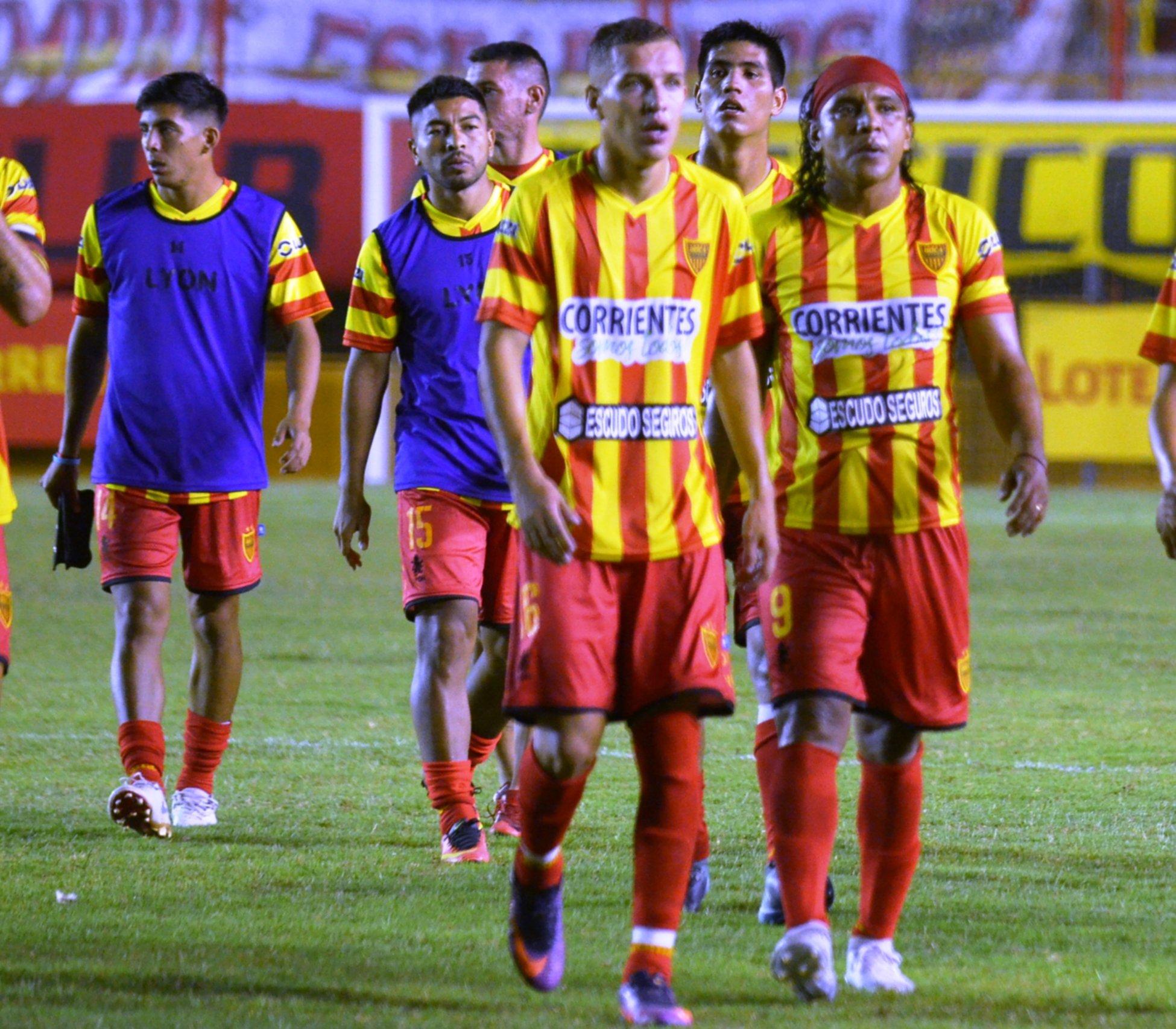 <p>Niz. El juvenil (en la imagen junto a Núñez) suplantaría a Gonzalo Ríos en San Juan.</p>