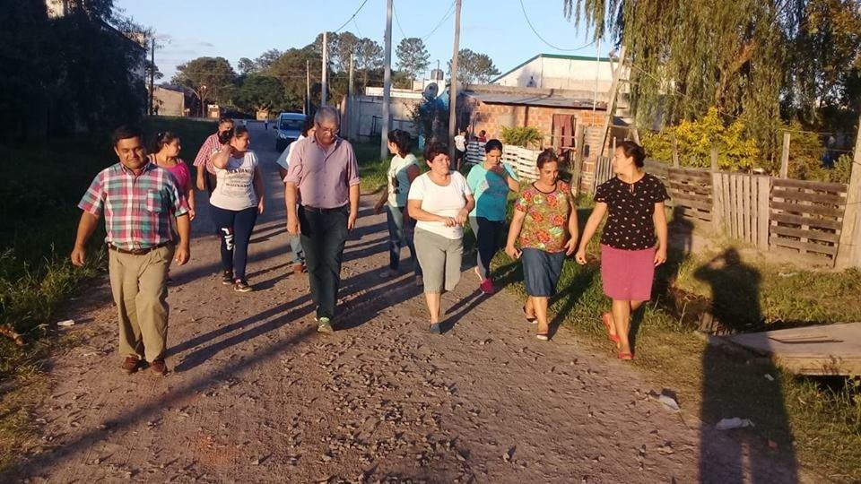 <p>Visita. Funcionarios recorrieron la zona y dialogaron con los vecinos, que temen ser desalojados.</p>