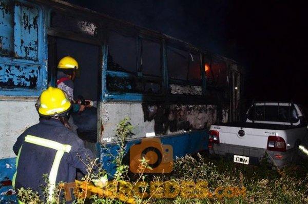 <p>Acción. Los bomberos se abocaron de lleno en sofocar las llamas.</p>