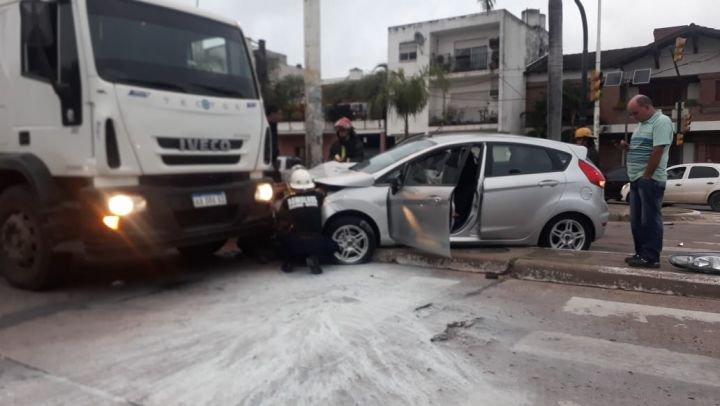 <p>Escenario. El automóvil que habría cruzado en rojo impactó contra una columna.</p>