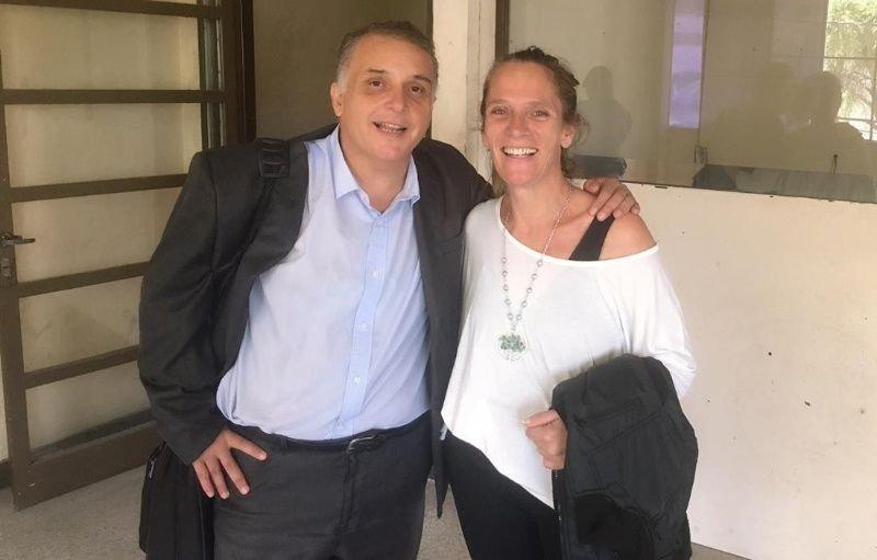 <p>Libre. Laura Arrieta al quedar en libertad en marzo pasado, junto con su abogado defensor.</p>