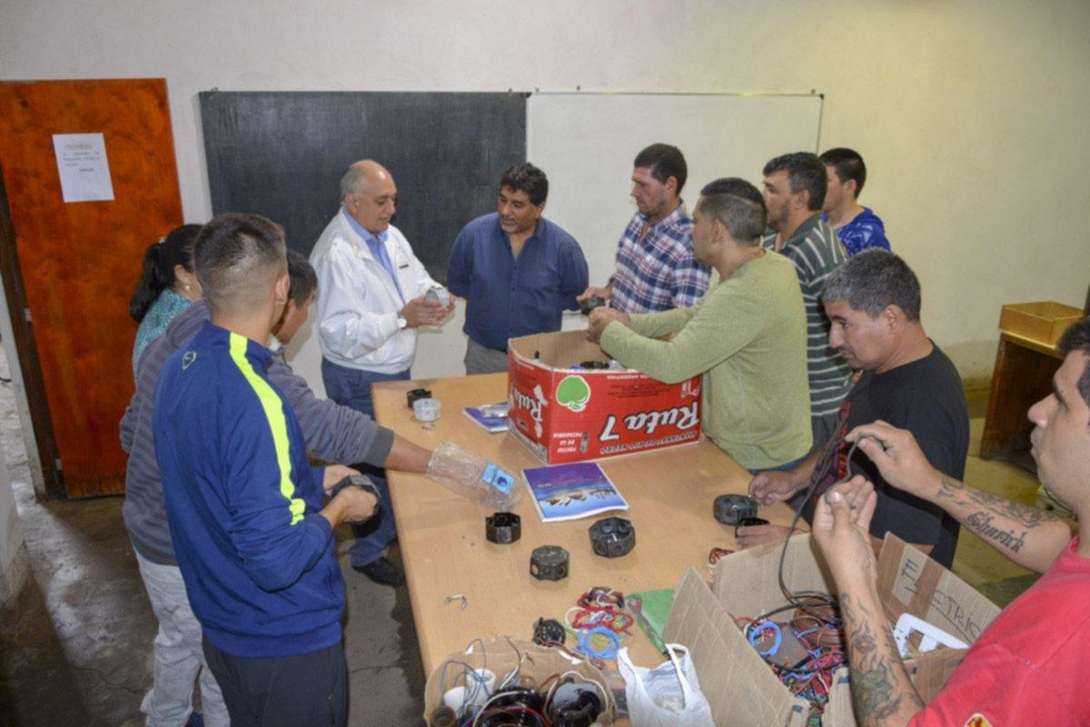 <p>Visita. El ministro Quintana participó del operativo documentario que se llevó a cabo en el Penal 1.</p>
