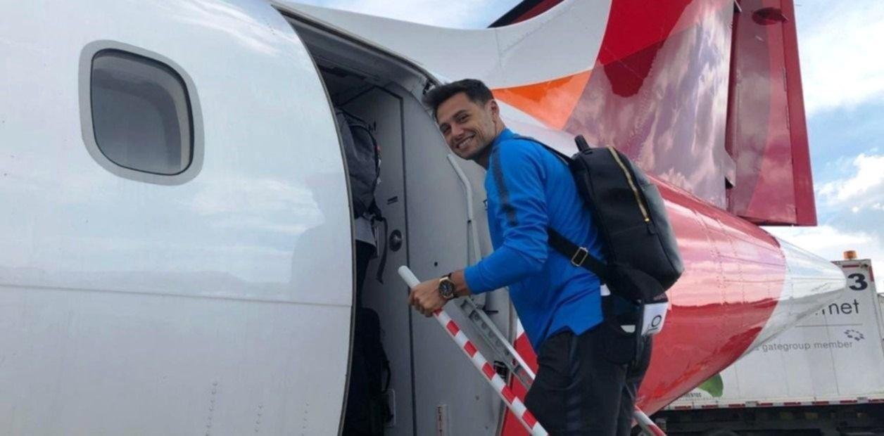 <p>Largo viaje. Zárate subiendo al avión que trasladó a la delegación boquense de Bogotá a Ibagué. </p>