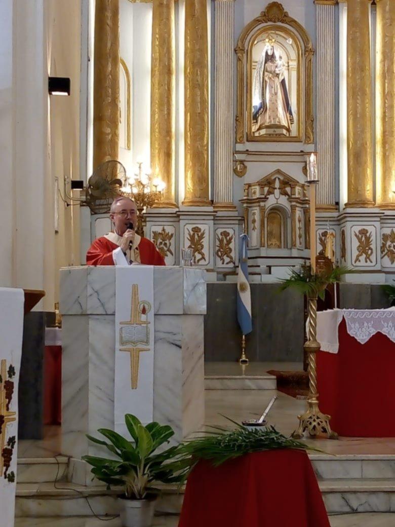 <p>Catedral. Monseñor Stanovnik realizó la bendición, en el marco de una iglesia casi vacía.</p>