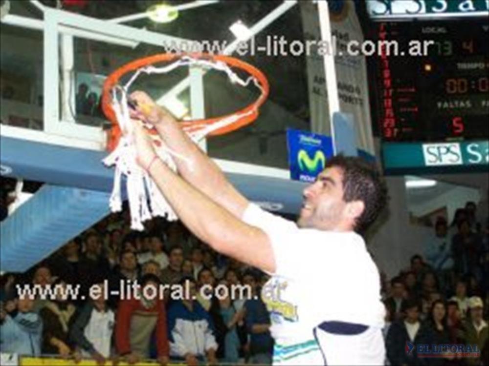 Todo un clásico. Diego Cavaco corta una de las redes para quedarse con el preciado trofeo de todo jugador de basquetbol.