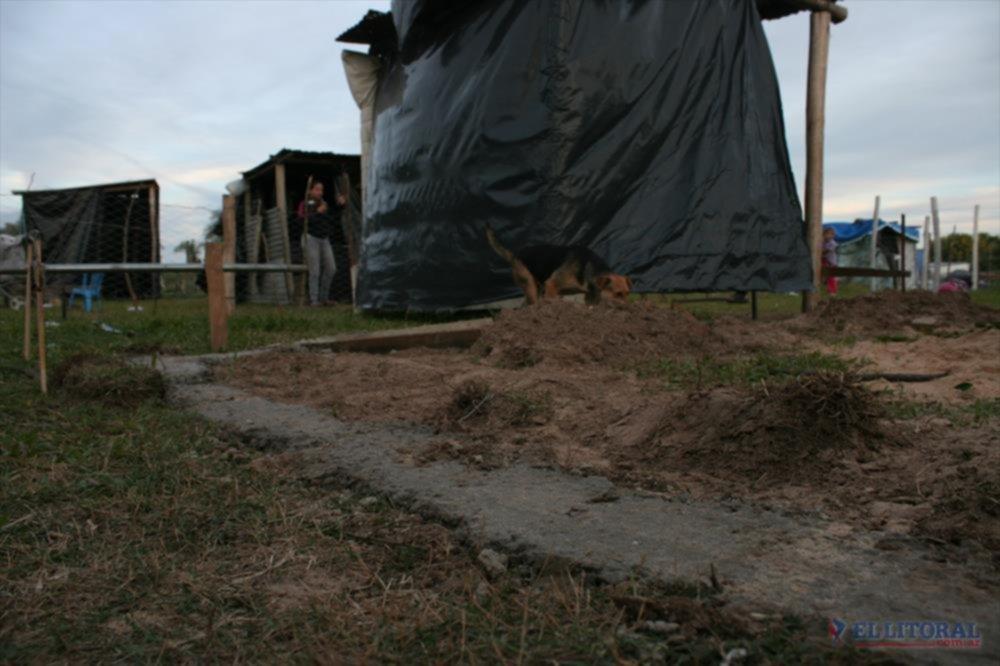 CONSOLIDACION.En el barrio Nuevo algunas de las casillas ya cuentan con bases de material.