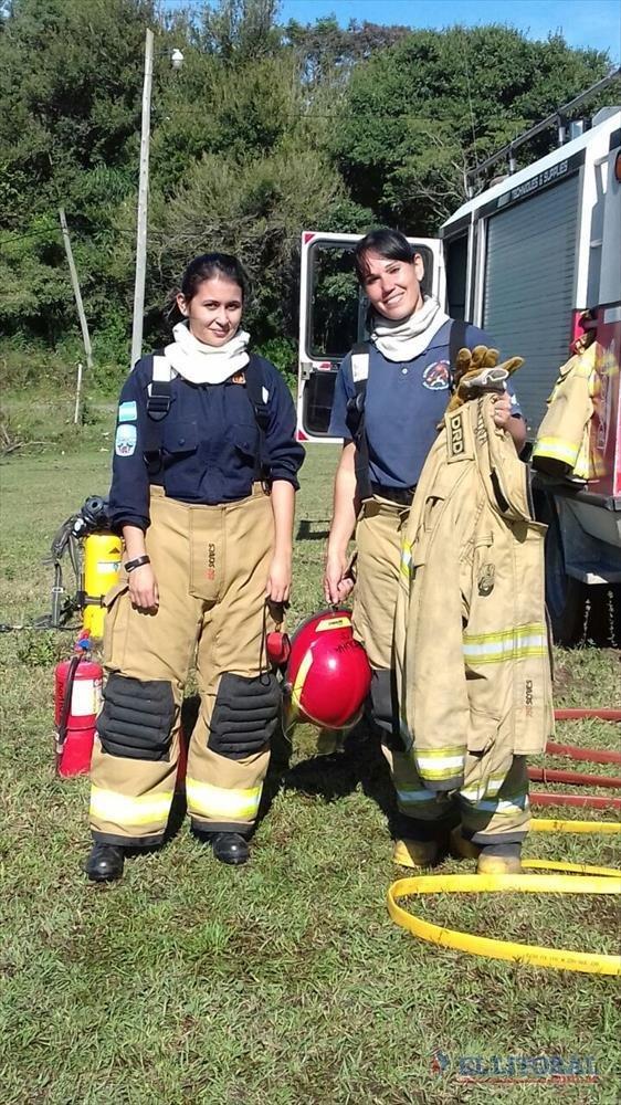 LABOR. Con casco en mano, Carolina posó luego de una jornada de trabajo junto a su sobrina María Luz. GENTILEZA