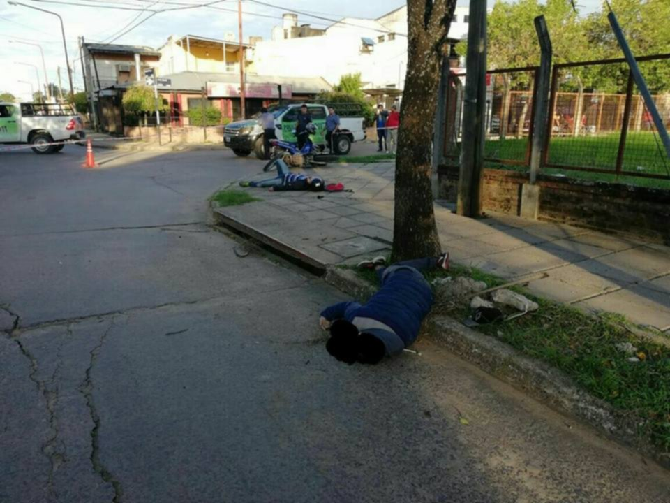 <p>Sin vida. La muerte del delincuente se hizo viral por las fotos y filmaciones que difundieron transe&uacute;ntes.</p>