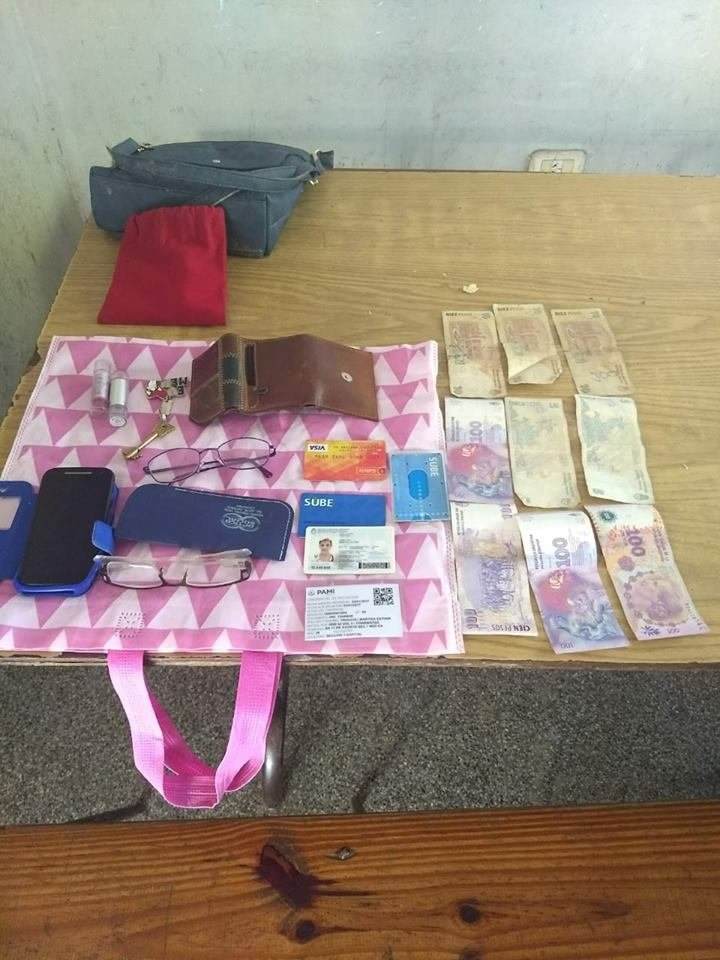 <p>Recupero. La cartera, con DNI, celular y dinero, fue recupe</p>