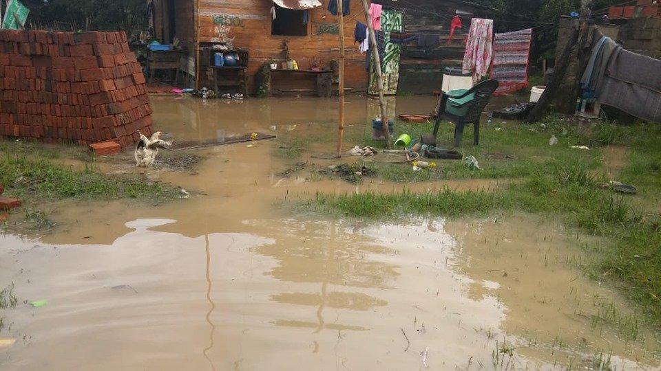 <p>Evacuados. Una familia itateña debió dejar su casa por inundación.</p>