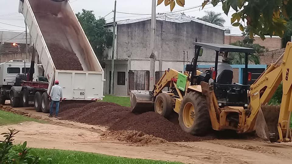 <p>Trabajos. El &aacute;rea de Vialidad Urbana, conformada por equipos de trabajo del Gobierno de la Provincia y de la Municipalidad capitalina, despliegan tareas de enripiado en las calles de tierra de unos 13 barrios.</p>