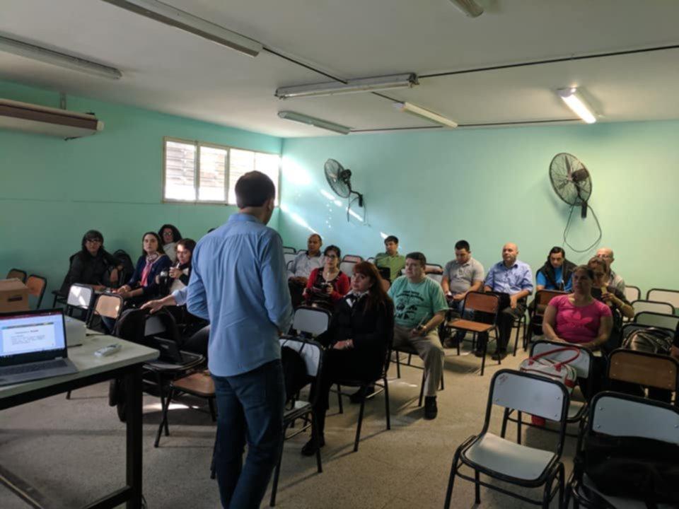 """<p>Capacitación. Docentes de la Escuela Beltrán están aprendiendo a usar la plataforma virtual """"Moodle"""".</p>"""