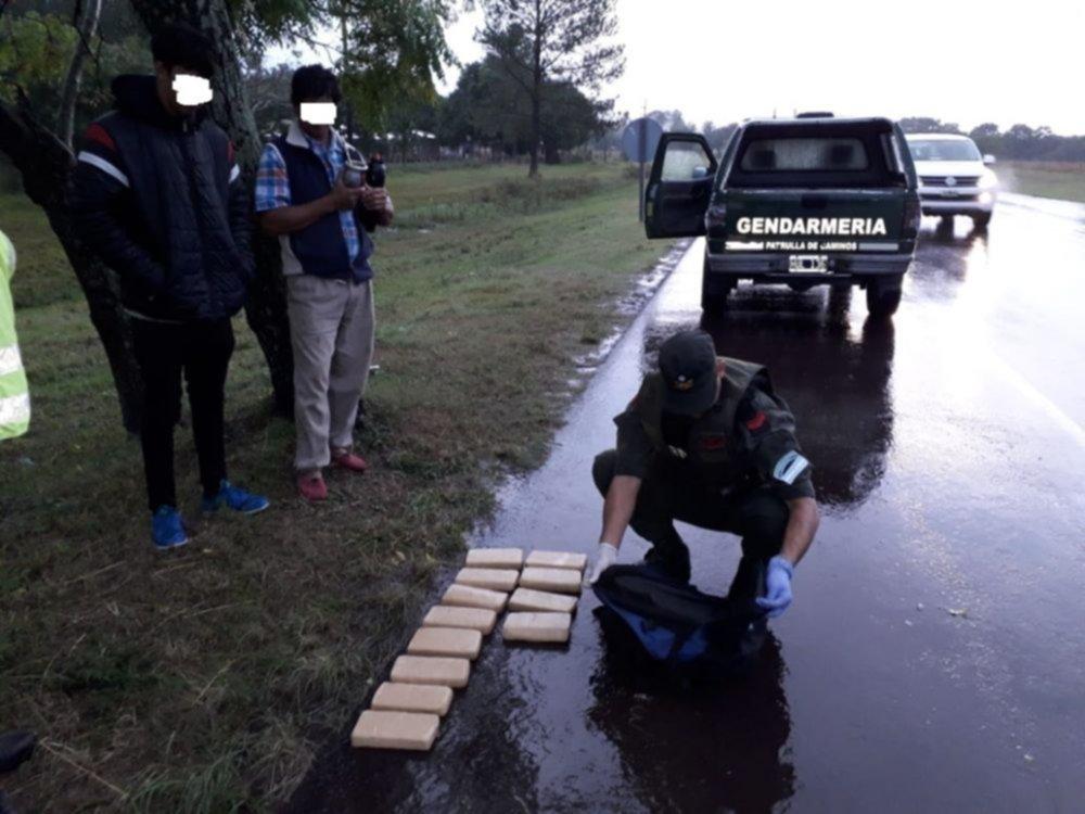 <p>Secuestro. La droga incautada durante la lluviosa jornada, que era trasladada en moto.</p>
