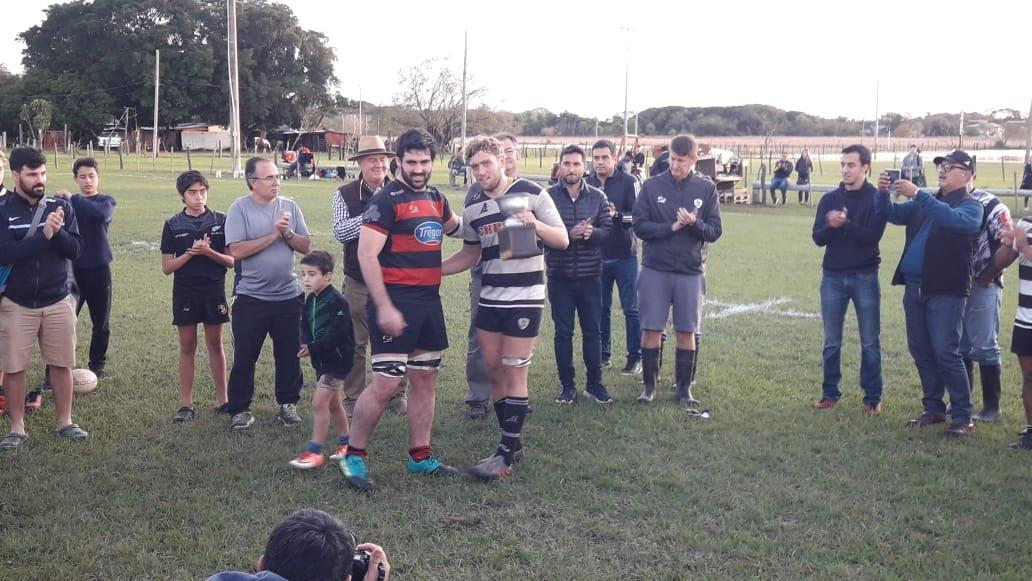 <p>Premio. Aranduroga se llevó la Copa Carlos Fiat al ganar el duelo frente a San Patricio.</p>