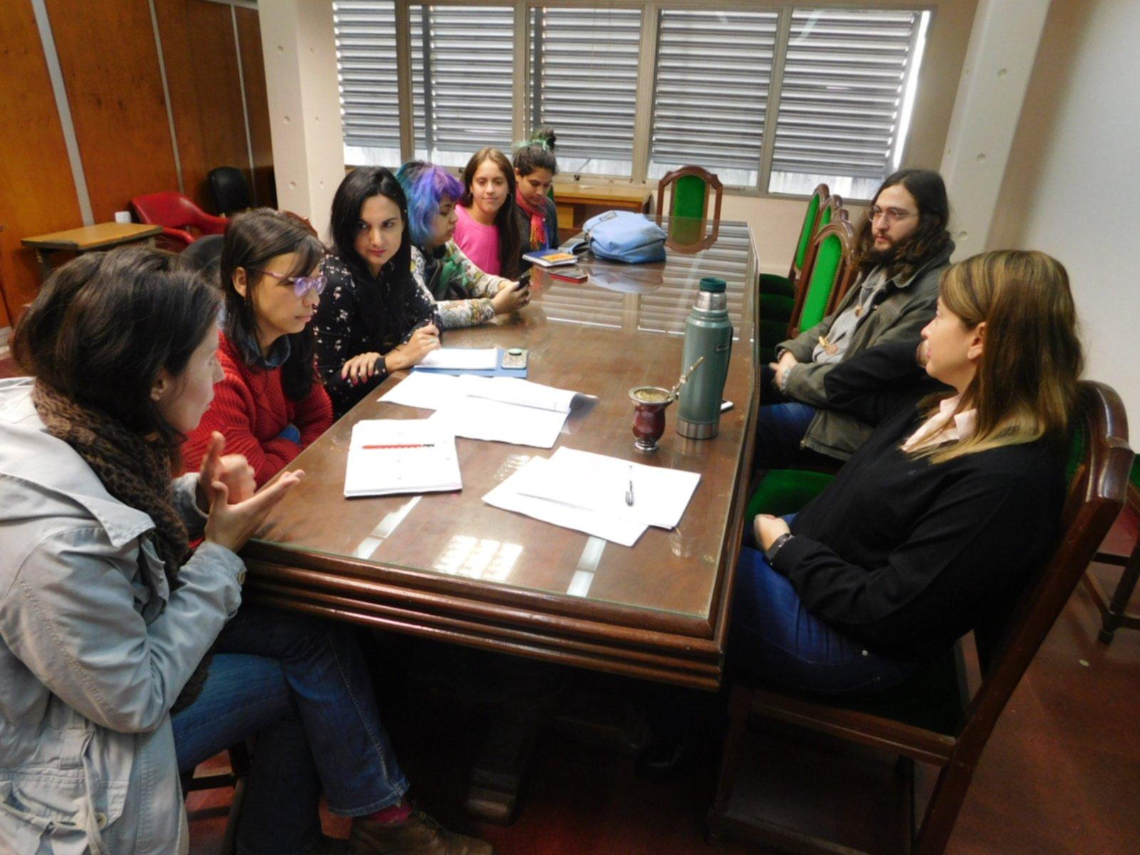 <p>Encuentro. Organizaciones feministas se reunieron ayer con la secretaria legal y t&eacute;cnica de la Unne para avanzar con el protocolo.</p>