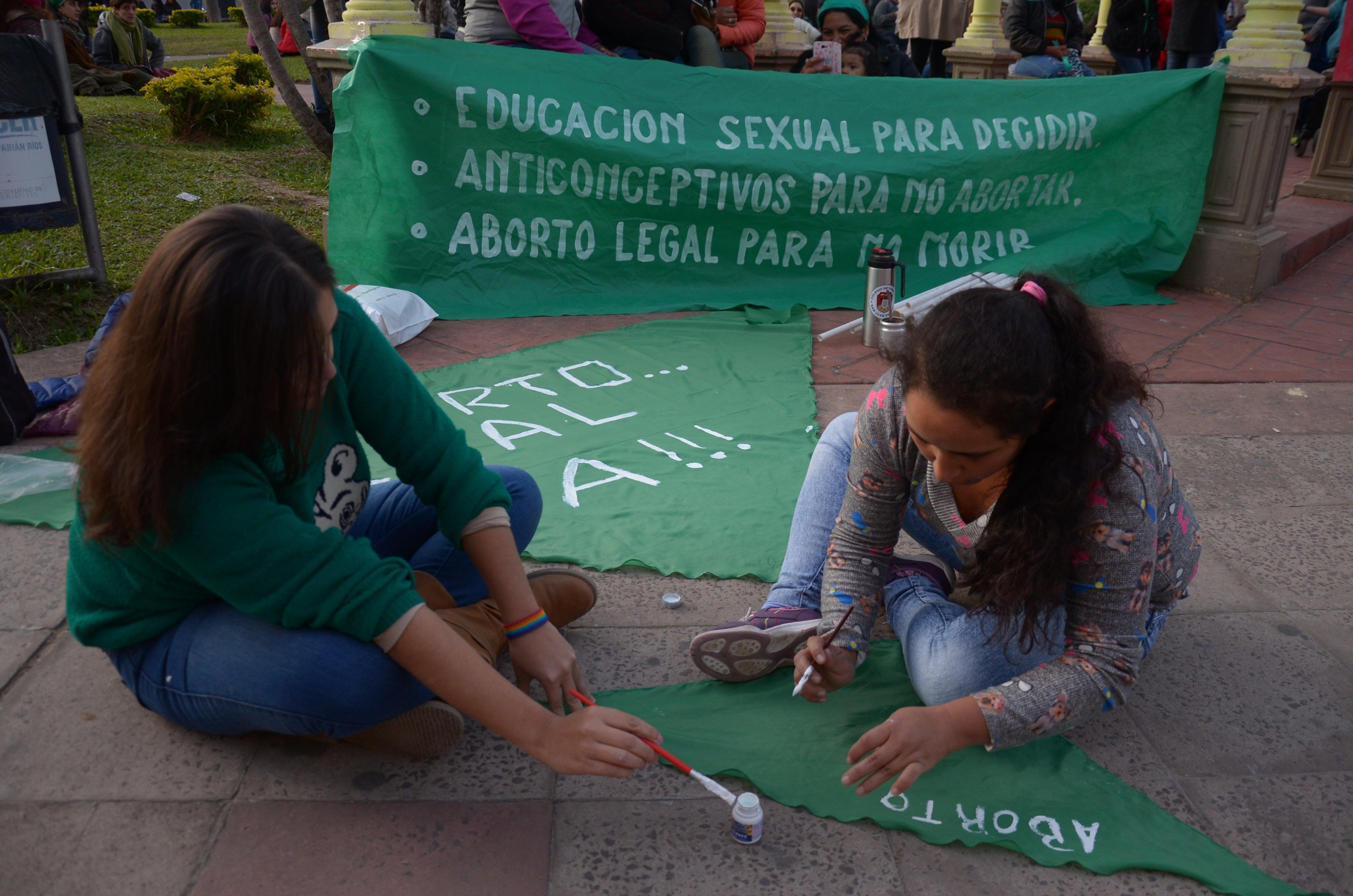 <p>Manifestaci&oacute;n. La transmisi&oacute;n del debate se pudo ver en plaza Vera y luego sigui&oacute; en la APC.</p>