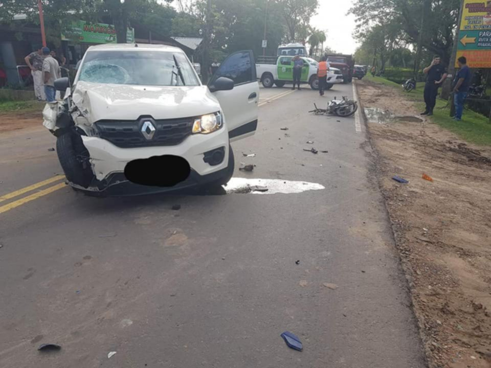 <p>Tragedia. El automóvil quedó atravesado en el camino y más allá la moto, en la Ruta 6.</p>