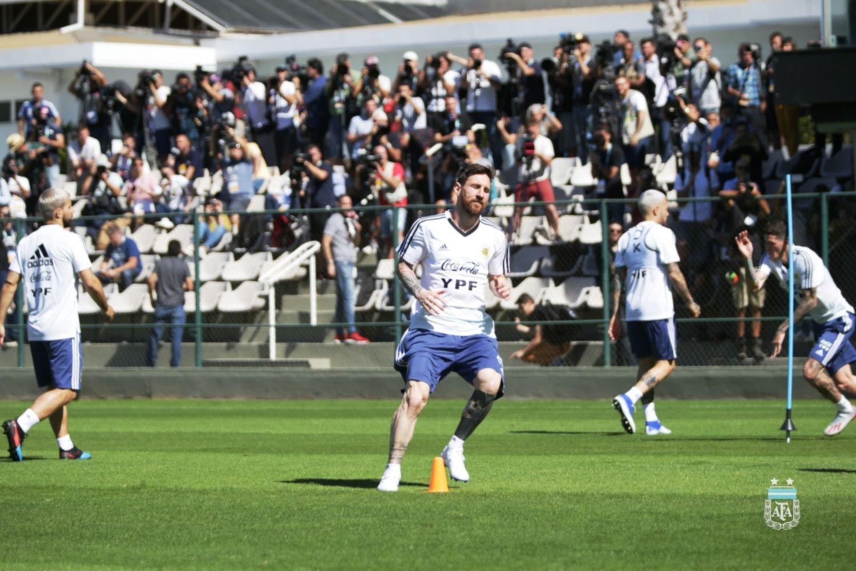 <p>Práctica. El plantel nacional realizó ayer su último entrenamiento en el Cidade do Galo de Atlético Mineiro.</p>