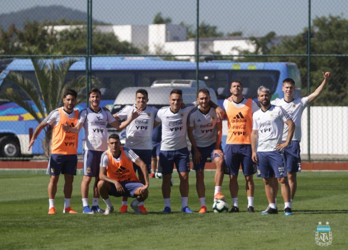 <p>Optimismo. El plantel argentino se mostró alegre en la práctica que realizó ayer en Río.</p>