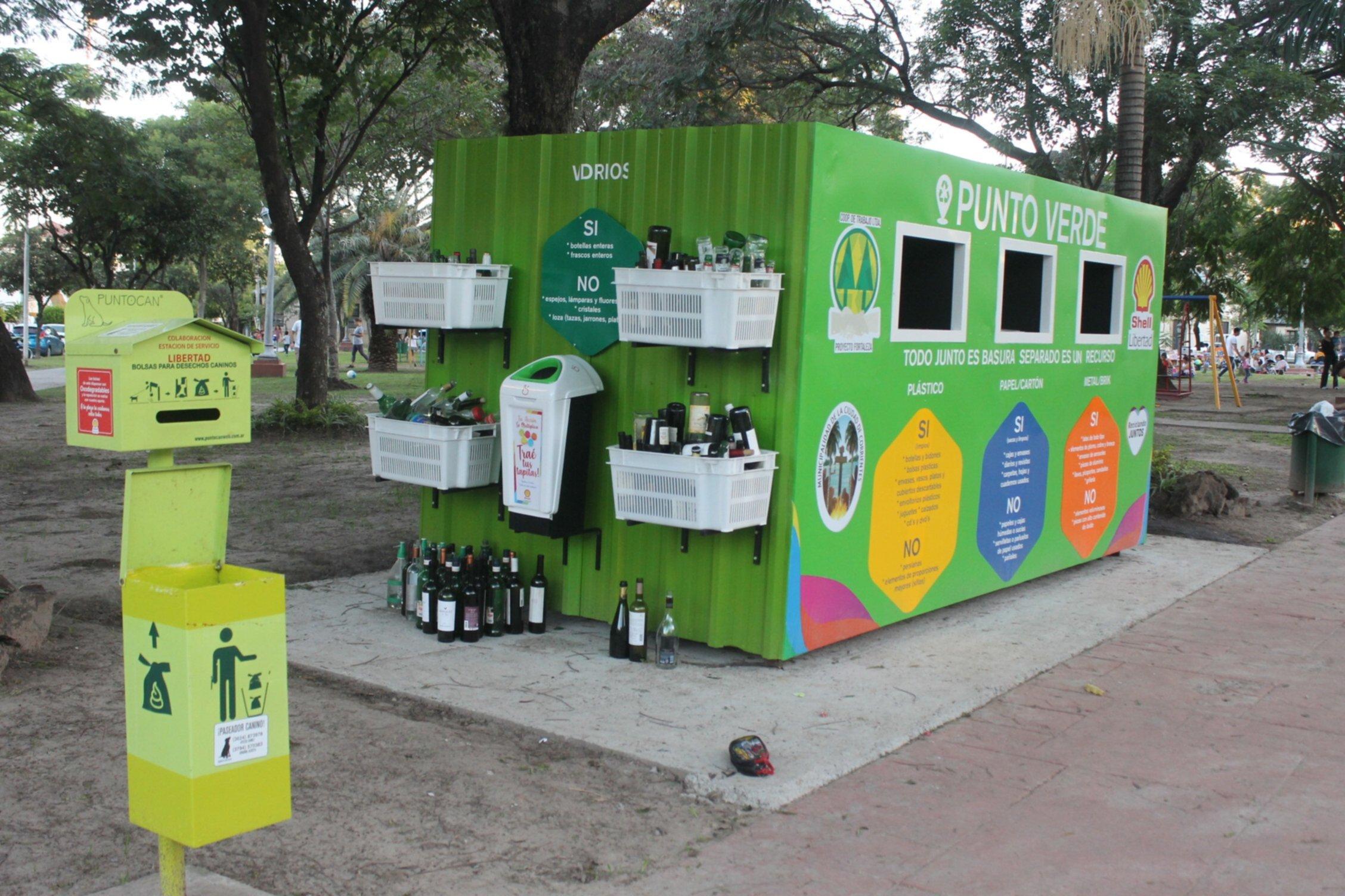 <p>Punto verde. Los vecinos colaboran depositando sus residuos.</p>