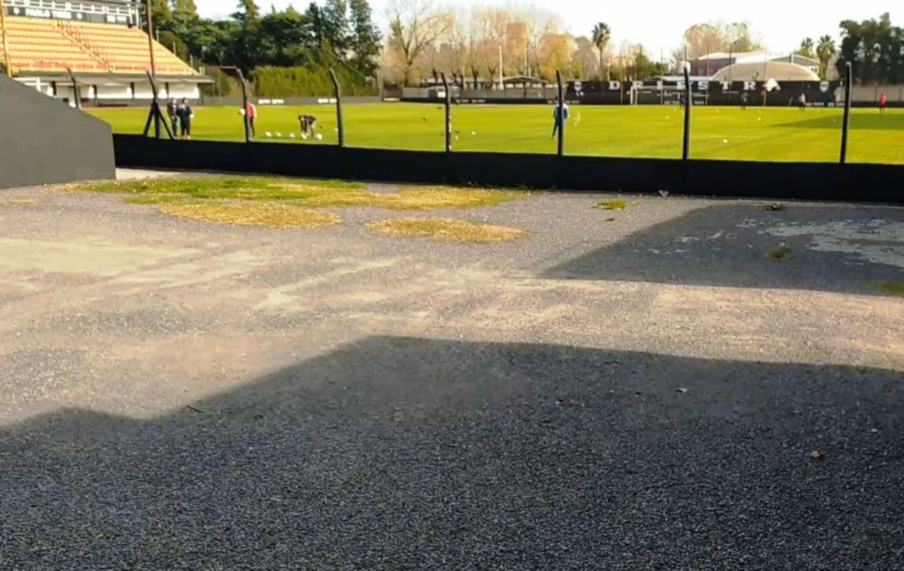 <p>Práctica. Un grupo de jugadores practicando en el campo de juego del estadio con la supervisión de preparadores físicos.</p>