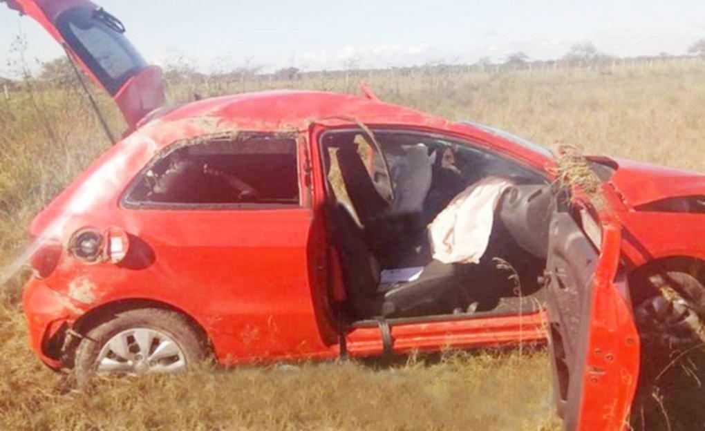<p>Vuelco. El Volkswagen Gol en el que viajaba una familia oriunda de Paran&aacute;, Entre R&iacute;os.</p>