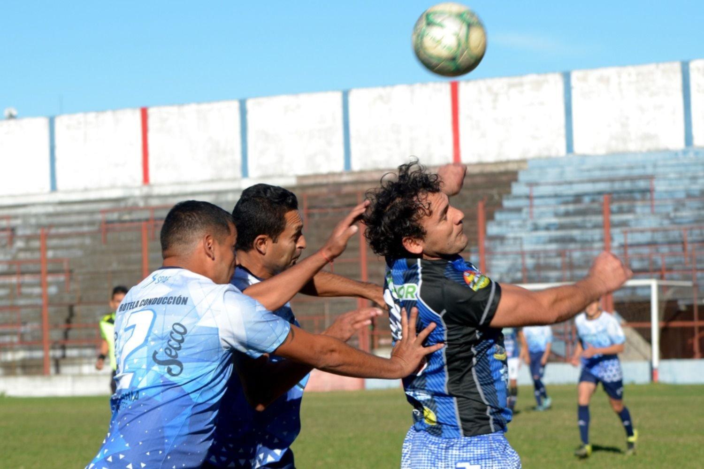 """<p>El """"Chaca"""" gol. El centrodelantero César Molina estampó los dos goles para el triunfo 2 a 0 de Curupay sobre Quilmes.</p>"""