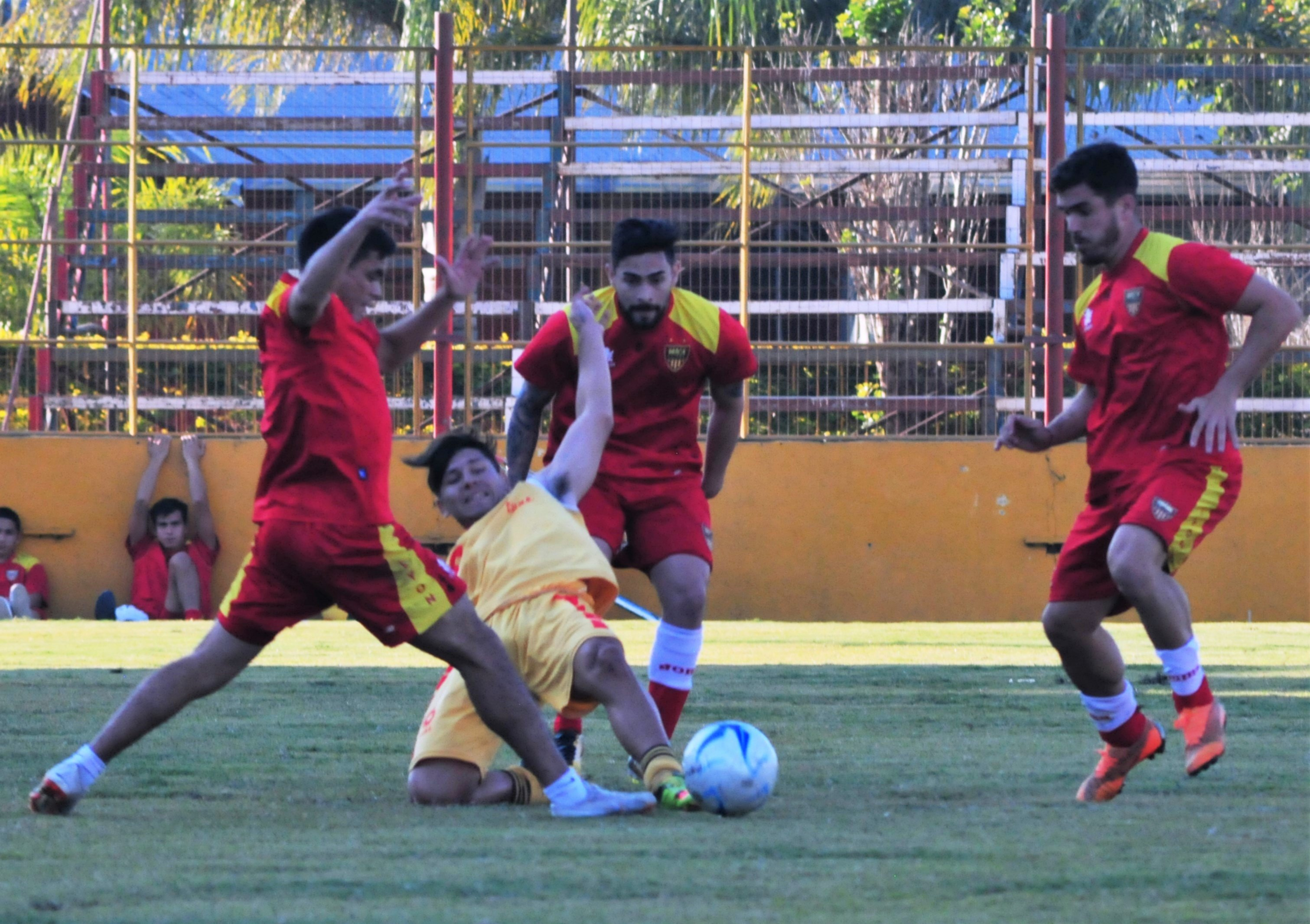 <p>Presión. Medina, Godoy y Fabro exigen la salida de un jugador de Cune, durante el partido de preparación de ayer.</p>